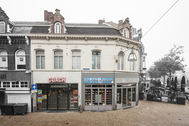 1611_001 - Heuvelstraat in Beeld. Samen met nrs. 1a en 3 is dit pand vroeger, meer dan 100 jaar geleden, als één gebouw neer gezet. Het heeft dezelfde dakkapellen met trapgeveltjes en de halfronde ramen op de verdiepingen. In 1937 is De Gruyter hier in begonnen, daarna achtereenvolgens Doevendans lederwaren , Jamin suikerwaren, Nico van Helfteren en last but not least Radio & TV. Lange tijd liepen jongeren 's avonds de Heuvelstraat op en neer, in de volksmond werd dat 'Gruyteren' genoemd.