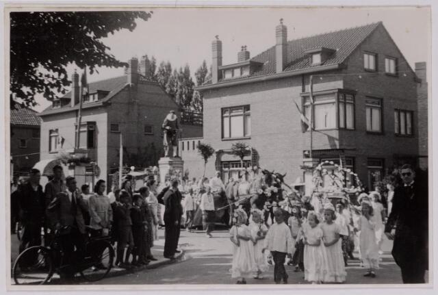 042872 - Een feeststoet ter gelegenheid van de bevrijdingsfeesten passeert de J. P. Coenstraat op 1 september 1945