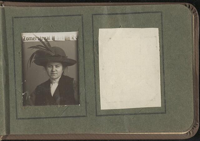603971 - Onbekende dame. Albumblad met zogenaamde TipTop-pasfoto´s van het personeel van de gemeentesecretarie van Tilburg, omstreeks 1916.
