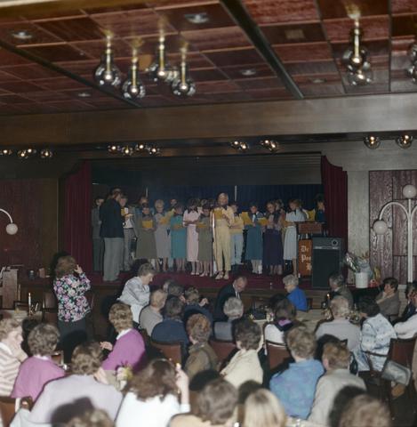 1237_012_976_011 - Zorg. Feestelijke bijeenkomst in de Postelse Hoeve van de Tilburgse Kruisvereniging in april 1985.