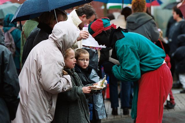 1237_010_770_015 - Sint Nicolaas 2000 in de regen.Zwarte Piet.