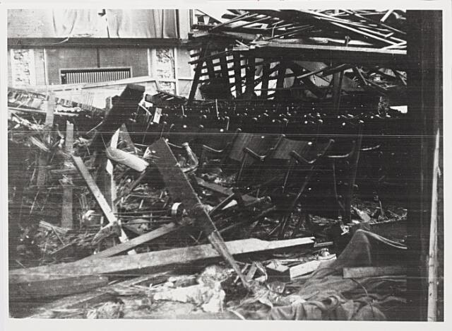 012424 - WO2 ; WOII ; Tweede Wereldoorlog. Vernielingen. Restanten van de Harmonie-bioscoop in de Stationstraat. Op 2 november 1944, vijf dagen na de bevrijding van Tilburg, ontplofte daar een Duitse tijdbom die door leden van de mijnopruimingsdienst over het hoofd was gezien