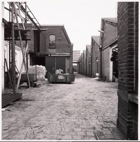 033618 - Gedeelte van het bedrijf van Jurgens Textiel aan de Tuinstraat 47a-49; op 8 januari 1976 is het bedrijf verplaatst naar Berkel-Enschot aan de Gen. Eisenhowerlaan; thans ten behoeve van de woningbouw in het Spinnerspark geheel afgebroken