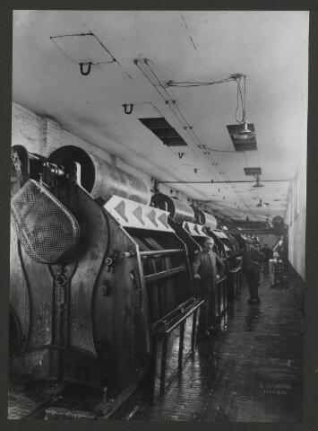 071846 - De plesserij van stoomververij en chemische wasserij De Regenboog aan de Bredaseweg. De foto is afkomstig uit een album dat werd gemaakt ter gelegenheid van het 40-jarig jubileum van textielfabriek De Regenboog op 2 december 1930.