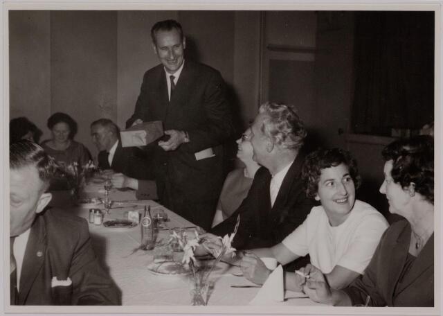 041169 - Vakbeweging. Op 31 augustus 1963 vierde de R.K. Bond Werkmeesters afd. Tilburg het 50-jarig bestaan. 1e een Solemnele H. Mis in de parochiekerk st. Jozef. 2e een feestelijk ontbijt in het parochiehuis aan de Veemarktstraat. 3e herdenkingsbijeenkomst in het Chicago-Theater. 4e Officiële receptie in de zalen van café-restaurant Th. van Broekhoven (Smidspad 42) 5e Feestavonden op 7 t/m 9 september 1963 met uitvoering Operette 'Rumoer in Weinbach' in de Stadsschouwburg met een afsluitend diner. Foto: met grijs haar bondspenningmeester, daarnaast zijn vrouw, dan mevr. Eraders.