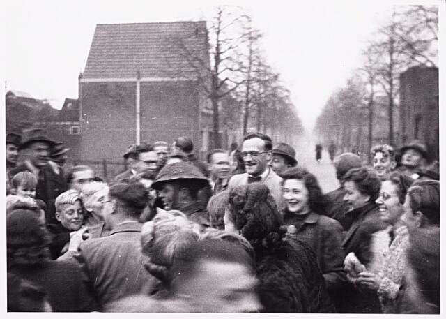 013259 - WO2 ; WOII ; Tweede Wereldoorlog. Bevrijding. Bewoners van de Enschotsestraat bezorgden de Schotse bevrijders een hartelijk welkom