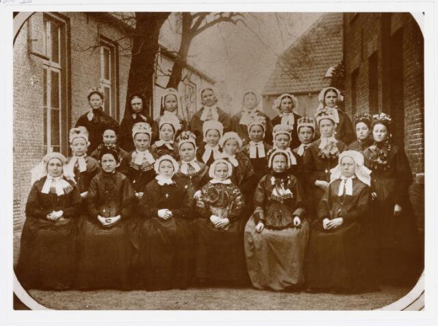 037820 - Textiel. Arbeidsters van wollenstoffenfabnriek H. Eras  poseren ter gelegenheid van het 25-jarig bestaan van het bedrijf als stoomfabriek in mei 1885