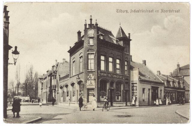 000545 - Rechts een nu geheel verdwenen gedeelte van de Noordstraat in de richting van de spoorwegovergang naar de Gasthuisstraat, nu Gasthuisring. Links de Industriestraat. De meeste bebouwing op deze foto is gesloopt om plaats te maken voor de realisering van het hoogspoor, de Hart van Brabantlaan en de reconstructie van de Spoorlaan. Op de hoek 'het Maastrichts bierhuis'. voorheen 'de Zwarte Ruiter'  huisnummers M957-958, later Noordstraat nrs. 31-33, bewoond door 'zetkastelein' G.J.H. Panhuijsen. Diens vrouw was een belangrijke getuige in het proces in de moord op Marietje Kessels. Het bierhuis is reeds gesloopt in 1941 en stond toen te boek als 'vergunningslokaal'. Verder naar rechts  v.l.n.r. de huisnummers 29/21 Rond 1900 woonde op nr. 29 A. Kruijssen, op nr. 27 broodbakker C.J. van de Sanden, op nr. 25 leerlooier J.C. van Dun, op nr, 23 arbeider Th. Horvers en op nr. 21 schoenmaker P. Schilders, die ook een schoenwinkel had. In 1913 deponeerde Schilders een verzegelde enveloppe bij de Tilburgsche Courant met daarin een briefje met een datum tussen 15 november en 15 december. Iedereen die bij hem op die bepaalde datum een paar schoenen kocht kreeg zijn geld terug. Deze datum bleek 4 december te zijn. Op die dag kochten 16 personen 21 paar schoenen. Geheel links met straatlantaarn het pand Noordstraat nr. 35, voorheen M 929, bewoond door smid Andries van Empel. Naast dit huis mondt de Lange Schijfstraat, nu Noordhoekring, uit in de Industriestraat en de Noordstraat. Op de splitsing Industriestraat/Lange Schijfstraat stond de kerk van de Noordhoek.