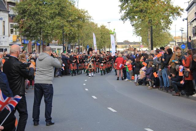 658381 - Tilburg 75 jaar bevrijd. Een optocht met militaire voertuigen en taptoe door de Tilburgse binnenstad op 27 oktober 2019.