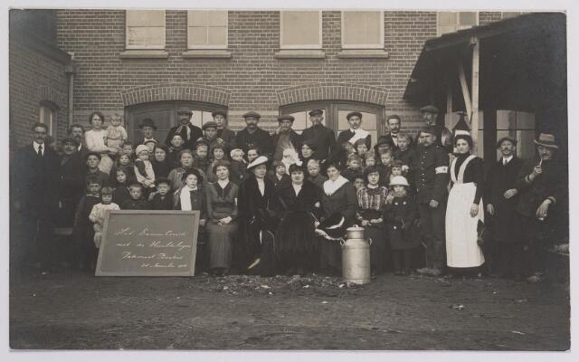 042304 - Eerste Wereldoorlog. Belgische vluchtelingen. Het damescomité met enkele vluchtelingen op de plaats achter het patronaat van de Besterd op 24 november 1914. De vrouw centraal op de voorgrond, met veren op haar hoed, is mevrouw Cor Brouwers - van Waesberghe