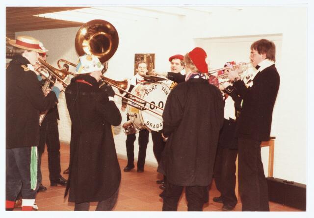063594 - Karnavalsorkest Z.O.O.I uit Berkel-Enschot staat te spelen op het gemeentehuis te Berkel aan de Eikenbosch