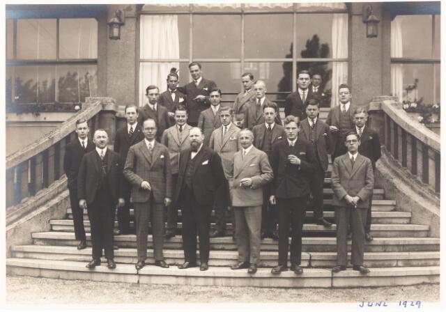 052245 - Onderwijs. Textielschool. Excursie. Groepsfoto met directeur Handels in juni 1929.