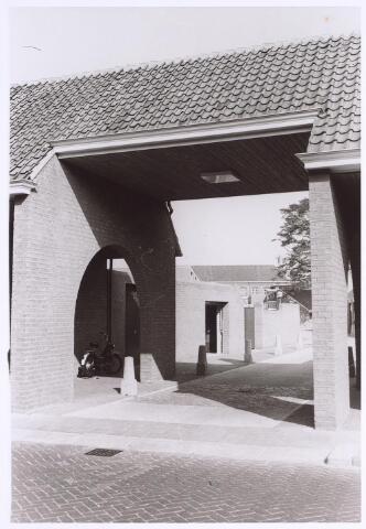024996 - Ingangspoort, gelegen aan de Laarstraat,  tot een bejaardencomplex aan het Korvelplein