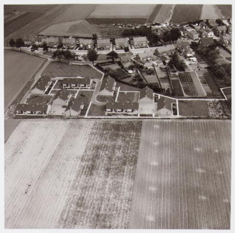 """062480 - Luchtfoto van """"Bejaarden Centrum"""" huurwoningen aan de  Berkengaarde"""