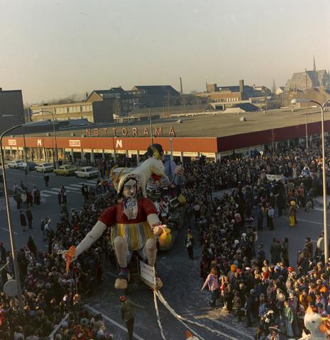 1237_011_825_017 - Carnaval. Kruikenstad. Optocht. D'n opstoet in februari 1975. Op de achtergrond supermarkt Nettorama.