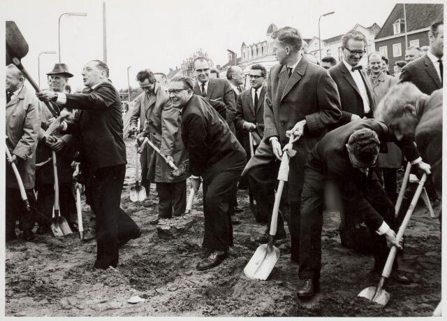031907 - Spoorwegen: Eerste spade nieuw station aan de Spoorlaan. Deze foto is vermoedelijk gemaakt door burgemeester Becht.
