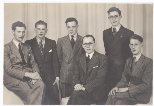 038547 - Volt. Onderwijs. Opleidingen. Geslaagden van de vakliedenopleiding.  Waarschijnlijk door de oorlogsomstandigheden is dit een samenvoeging van groep 1 (1939) en groep 3 (1941). v.l.n.r. Jacobs, Koolen, Broos, Hessenfelt (theorieleraar), J.van Beers en J.van Pelt. Op de foto ontbreken de heren v.d. Brink, X   en X. De diploma-uitreiking was in 1944. Aanvankelijk gestart als vaklui  zijn allen via avondstudie doorgegroeid naar hogere functies.