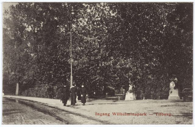 002867 - Wilhelminapark, herten bij de ingang. Op het trottoir enkele fraters.