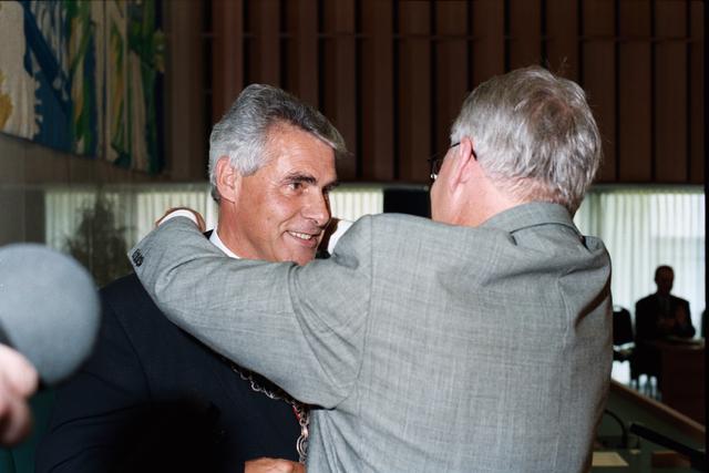 1237_010_763_015 - Installatie burgemeester Stekelenburg als burgemeester van Tilburg. Omhangen van de ambtsketen.