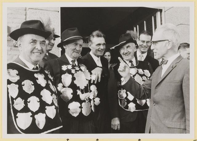 073012 - Opening gemeentehuis door de Commissaris van de Koningin Kortmann. Een bij de gildebroeders goed ontvangen opmerking. Vanaf links: J.v.Elderen, J. Swinkels, M. Vugts.
