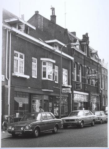 024648 - De Korvelseweg telt vele winkels, zoals hier (van links naar rechts) Het Jerseyhuis, leesportefeuille Frie van Loon, huishoudelijke artikelen Simons en een drogisterij