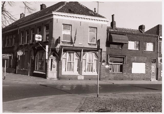 """032452 - Zij- en voorgevel van het cafépand aan het Willemsplein genaamd """"Place Pigalle"""", thans Stadhuisplein"""