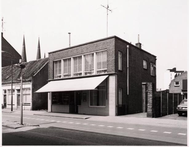 033391 - Winkels. De brood- en banketbakkerij van J.M.M. Evers aan de Tivolistraat 57.