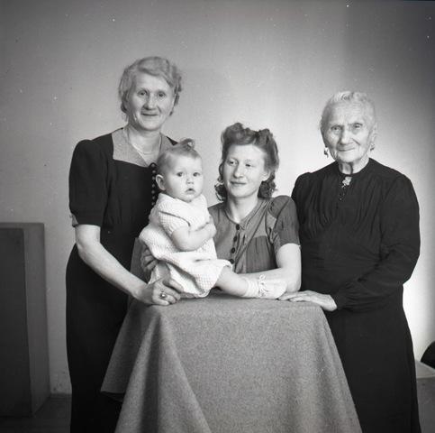 654725 - Famielieportret. Vier generaties.
