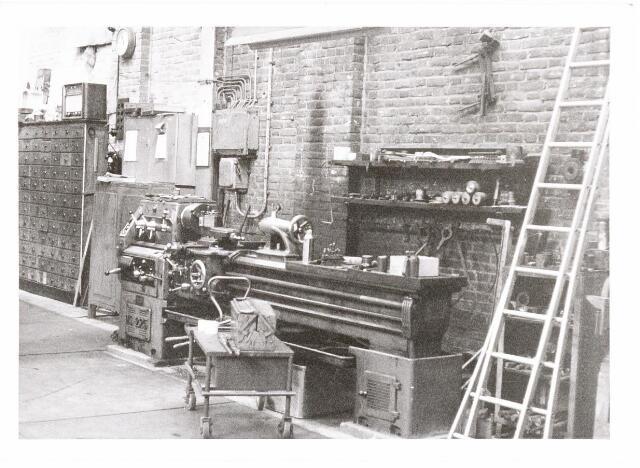 037996 - Textiel. Draaibank in de smederij van wollenstoffenfabriek A & N Mutsaerts. Kapotte machine-onderdelen werden hier gerepareerd