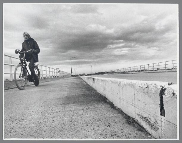 90776 - Made en Drimmelen. Viaduct over de Maasroute; de betonnen randen van het viaduct moeten verdwijnen.
