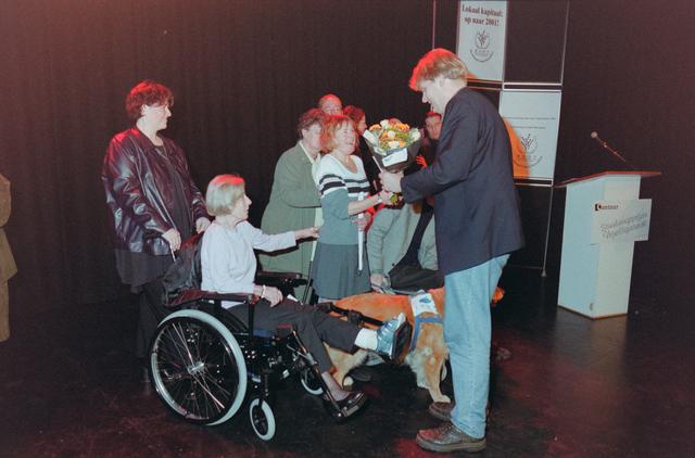 1237_001_039_013 - Vrijwilligers. Bloemen voor de genomineerden en winnaars tijdens de uitreiking van de stimuleringsprijzen vrijwilligerswerk door Stichting Contour in december 2000.
