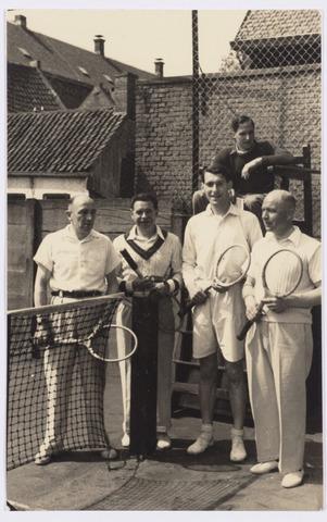 101812 - Tussen Tilburg en Wolverhampton ontstond kort na de tweede wereldoorlog een speciale stedenband, die alles te maken had met de Prinses Irene Brigade, welke in Wolverhampton gelegerd was alvorens het Kanaal over te steken om mee te doen aan de bevrijding van ondermeer Tilburg. Van 4 tot 11  mei 1946 kwam een heel gezelschap uit de regio Wolverhampton naar Tilburg voor een uitgebreide sportieve en culturele uitwisseling. Tijdens dit bezoek speelden de Engelse tennis tegen D. Iterson en A. Otten op de banen van de Philharmonie