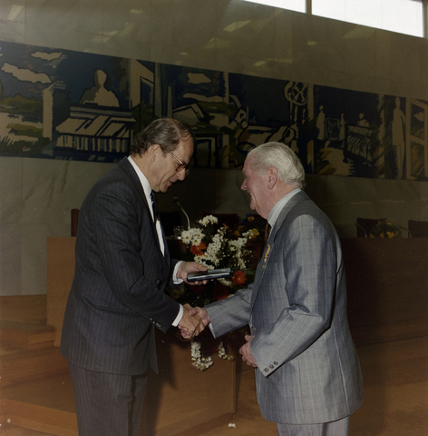 1237_012_970-1_011 - Koninklijke onderscheiding. Lintje. Lintjesregen bij de Gemeente Tilburg in april 1992. Felicitaties van Burgemeester Gerrit Brokx in de vergaderzaal van Gemeente Tilburg.