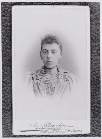 043823 - Adriana Maria van Iersel geboren te Oisterwijk op 5 oktober 1869 en overleden te Tilburg op 2 november 1954, dochter van Martinus van Iersel en Johanna van de Boer. Zij trouwde onderwijzer Petrus Joannes Willems. (reproductie; origineel niet in collectie aanwezig)
