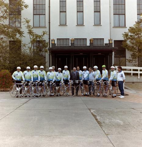1237_012_908_012 - Gemeente Tilburg: wielergroep bij evenement. Voor het paleis raadhuis.