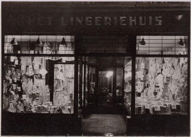 """043657 - Het Lingeriehuis aan de Heuvelstraat 62 was een filiaal van de N.V. Rotterdamsche Manufacturenhandel, die gevestigd was aan de Hoogstraat 334 in Rotterdam. De filiaalhoudster voor Tilburg was juffrouw W. van Beek. Volgens het contract moest zij """"al haar tijd en vlijt aan het beheer en den goeden gang van den winkel wijden en alles doen en niets nalaten, wat in haar macht is om den verkoop te bevorderen."""" Dit voor een salaris van 15 gulden për week en een provisie van 1% over de omzet. Het contract ging in op 1 september 1936."""