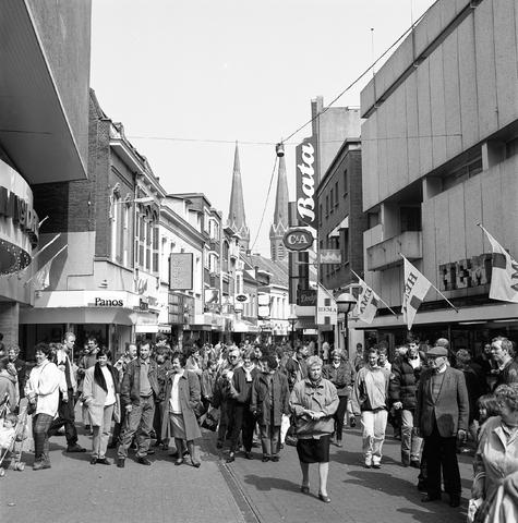 D-000290-4 - Winkelend publiek in de Heuvelstraat ter hoogte van V&D en HEMA