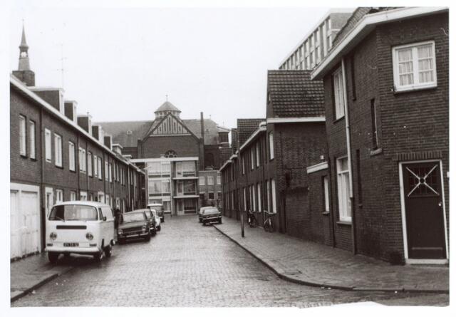 015054 - Bisschop Metziusstraat. Op de achtergrond de kerk van de parochie Hoefstraat.