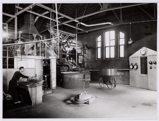 104179 - Energievoorziening. Gas- en Electriciteitsbedrijf (GEB). De bouwwerken voor de electriciteitsfabriek naast de gasfabriek zijn in volle gang en daarmee ontstaat het GEB , het gas- en electriciteitsbedrijf. Op 24 juni 1911 kan de levering van electriciteit plaatsvinden. In september 1954 wordt de electriciteitsproductie overgedragen  aan de PNEM; na 1958 is de centrale in Tilburg ontmanteld en gesloopt; Bij de komst van het aardgas verdwijnt ook het gasbedrijf.