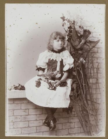 068494 - Jeugdportret van Josephina Eleonora Arnolda Maria Houben, geboren te Tilburg  op 12 maart 1887 en aldaar overleden op 25 april 1966 als weduwe van mr. J. C. A. M. van de Mortel