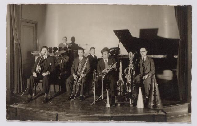 """043986 - Muziek. Tilburgs orkestje, waarschijnlijk """"Michiel Goyarts and his Tango Band"""". Geheel links Miel Verbunt. Tweede van rechts Eppo Doeve, geheel rechts Dries Eschawzier."""