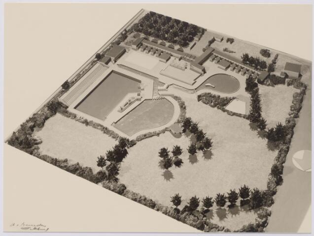 043939 - Maquette van het nieuwe gemeentelijke zwembad dat aangelegd zal worden op een 3 ha groot terrein, omgrensd door de Baroniebaan, het voormalig Bels lijntje en de Zouavenlaan (later Friezenlaan), ontworpen door Van Wesselo en Van de Voort uit Bussum.
