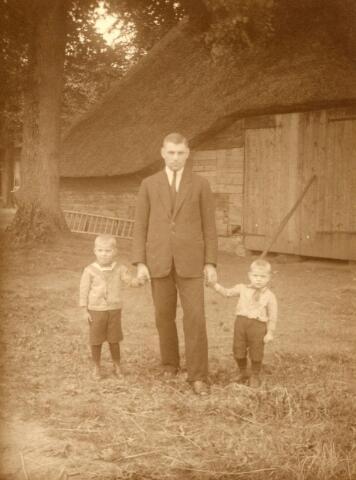 600820 - Tinus van Loon met zijn kinderen Cor en Wim bij de Kasteelshoef.  Kasteel Loon op Zand. Families Verheyen, Kolfschoten en Van Stratum
