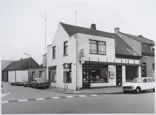 026587 - Sigarenwinkel annex lectuurshop van W. Antonius aan de Molenstraat, hoek Kruisstraat