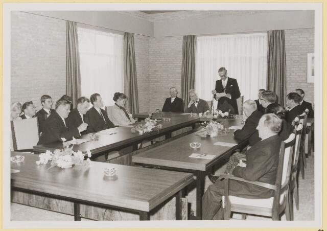 072926 - Opening gemeentehuis door de Commissaris van de Koningin Kortmann. Bijzondere raadsvergadering. Welkomswoord van de burgemeester. Naast hem de heer Kortmann. Ambtenaren van de secretarie en raadsleden.