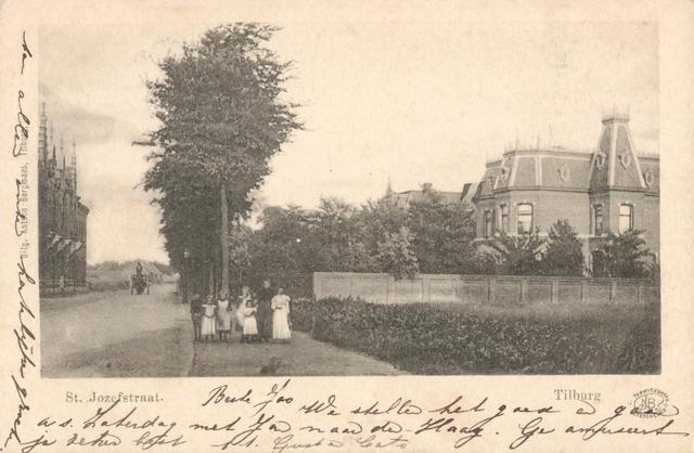 653946 - Tilburg. De oude St. Josephstrat in Tilburg. Het pand aan de rechterkant is jarenlang in het bezit geweest van de familie Verschuuren en nu een schoolgebouw. De woningen aan de linkerkant bestaan ook nog; de bomen langs de weg zijn helaas gerooid.