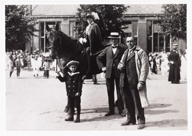 007082 - Sjef van den Hout met zijn vader, tijdens een van de vele optochten die in die jaren in het roomsche Tilburg werden gehouden. Foto omstreeks 1920.