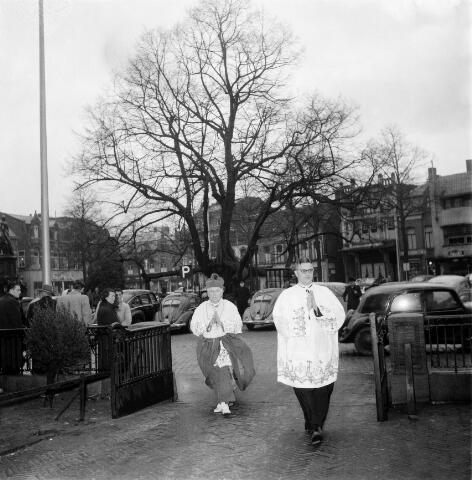 """050401 - 25-jarig bestaan Economische Hogeschool. Professoren: mgr. Mutsaers, Robert Schuman, eredoctor en minister buitenlandse zaken en Paolo Gröbbe. Universiteit van Tilburg. De Universiteit van Tilburg is een van oorsprong katholieke universiteit. Ze werd opgericht in 1927 als Roomsch Katholieke Handelshoogeschool. In 1938 ging zij Katholieke Economische Hogeschool heten, in 1963 Katholieke Hogeschool Tilburg. Vanaf 1986 heet deze universiteit Katholieke Universiteit Brabant (KUB) en vanaf 1 september 2002 Universiteit van Tilburg (UvT). Vanwege de """"ongelukkige"""" afkorting was volgens de toenmalige collegevoorzitster Yvonne van Rooy de naam Katholieke Universiteit Tilburg niet hanteerbaar."""