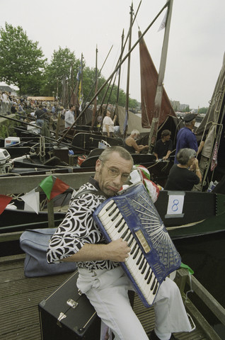 TLB023001299_003 - Waterfestival; accordeonist