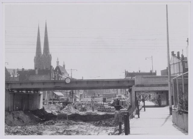 037271 - Spoorwegen: Hoogspoor (viaduct Heuvel) Het spoorhuisje en de slagbomen zijn verdwenen en de wegen worden op diepte gebracht.